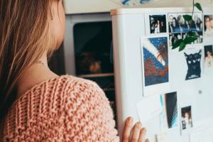 Mujer abriendo frigorífico a temperatura ideal