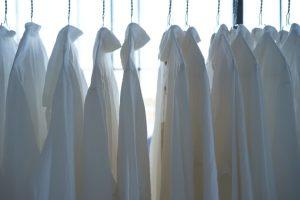 Camisas blancas colgadas después de lavar